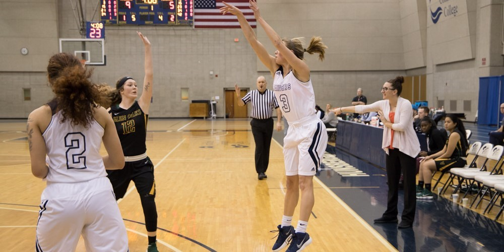 Clair Flewelling passes the ball.